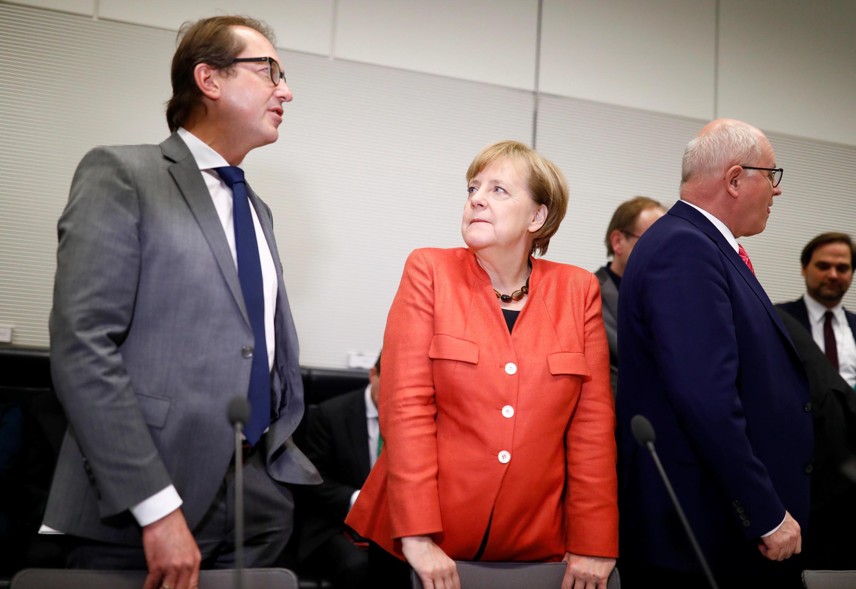 A chanceler alemã Angela Merkel e Alexander Dobrindt da CSU, durante participam de uma reunião do grupo parlamentar CDU / CSU no Bundestag em Berlim, Alemanha, 20 de novembro de 2017.