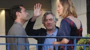 Robert De Niro (C), le président du Jury du 64e Festival de Cannes, en compagnie de Jude Law (g) et Uma Thurman (d) membres du jury, au balcon de l'hôtel Martinez, le 10 mai 2011.