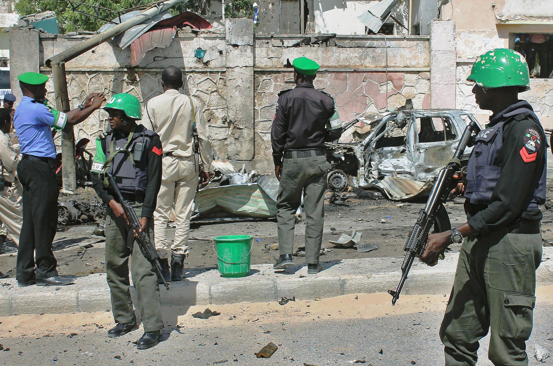 Des soldats de l'Amisom sur le site d'un attentat, devant les portes hautement sécurisées de l'aéroport de Mogadiscio, le 3 décembre 2014.