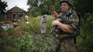 Agente de segurança especial ucraniano patrulha em um vilarejo do leste da Ucrânia, onde Kiev enfrenta a insurreição de rebeldes separatistas pró-russos.