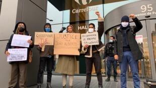 Brasileiros e franceses protestam em frente à sede mundial do Carrefour, em Massy, na França, em 2 de dezembro de 2020. O ato pede que o Carrefour seja responsabilizado penalmente pelo assassinato de João Alberto Freitas.
