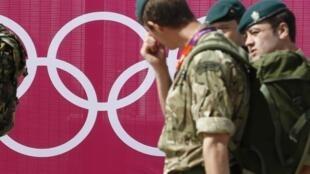 Soldados ingleses chegam ao Parque Olímpico de Stratford, em Londres, nesta quinta-feira, para garantir segurança reforçada.