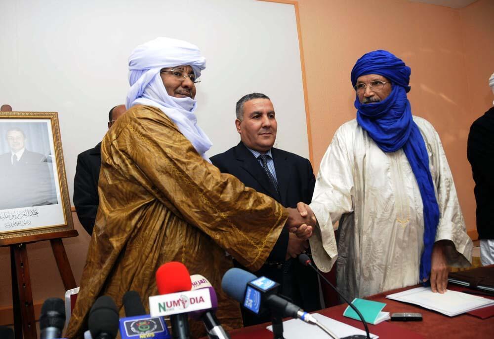 Baye Ag Dikmane na bangaren 'Yan tawayen MNLA da Mohamed Ag Arib na Ansar Dine a lokacin da suke tattauanawa a Algeria