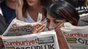 Une lectrice deCumhuriyet, quotidien turc d'opposition, lors du premier procès des journalistes, le 28 juillet 2017
