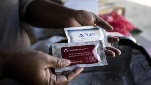 Un éducateur de l'institut de santé reproductive, Wits RHI, montre un kit pour réaliser un test VIH dans le programme pour les travailleurs du sexe.