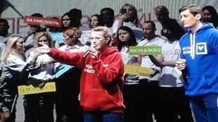 Ksenia Sobtchak (de moleton vermelho, acompanhada por Dmitri Goudkov de azul) seduziu parte do eleitorado jovem.