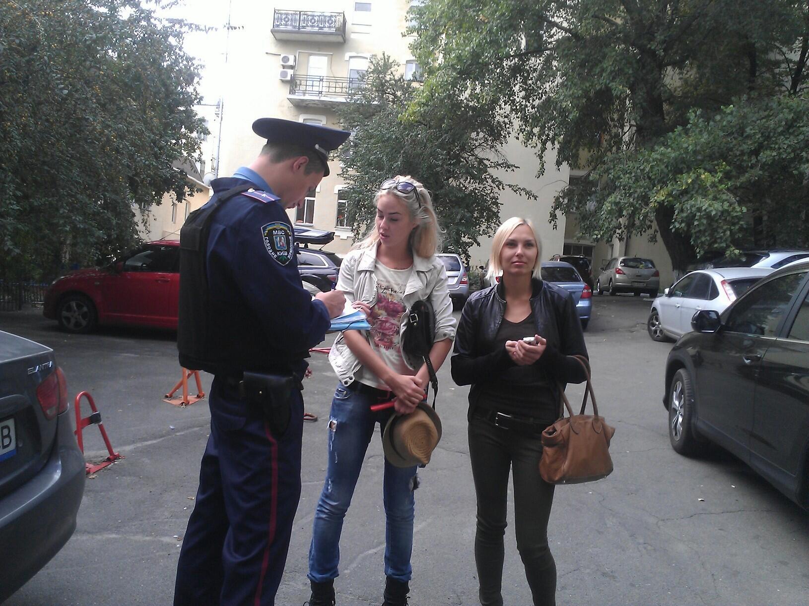 Милиция пришла с обыском в штаб-квартиру FEMEN в Киеве. август 2013 г. Александра Шевченко и Яна Жданова (справа)