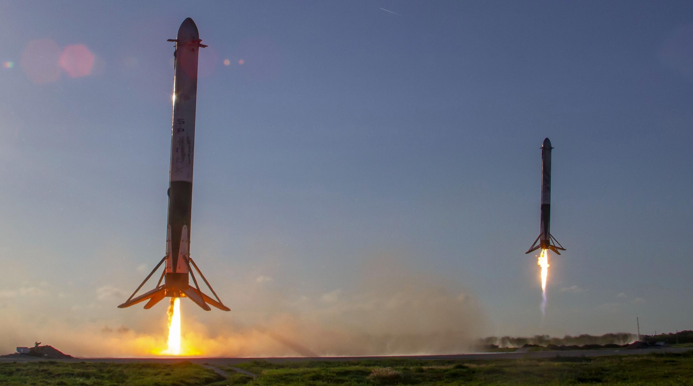 Dos cohetes Falcon 9 hacen una demostración de aterrizaje luego de haber sido propulsados al cielo. Cabo Cañaveral, Florida.