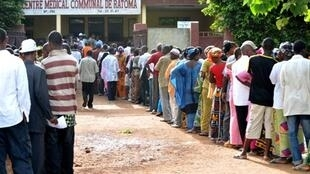 Queues to vote in Guinea's presidential election