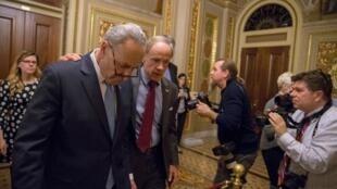 A l'image du sénateur démocrate Chuck Schumer, chef de la minorité, et du sénateur républicain Tom Carper, l'échec du consensus au Sénat sur le futur budget fédéral, le 19 janvier 2018, a engendré le «shutdown» redouté.