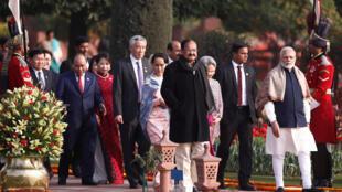 Thủ tướng Ấn Độ Narendra Modi ( phải ) và phó tổng thống Venkaiah Naidu (giữa ) với các lãnh đạo ASEAN tại phủ tổng thống Ấn Độ ngày 26/01/2018.