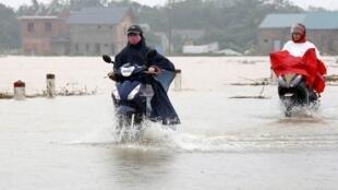 As ruas de Hue inundadas após a passagem do tufão Damrey no Vietnã em novembro
