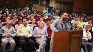 Mohammad Ali Abtahi appelé à la barre lors de son procès devant le tribunal révolutionnaire, à Téhéran, le 1er août 2009.