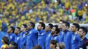 Jogadores da Seleção cantam o hino antes de jogo de estreia contra a Croácia.