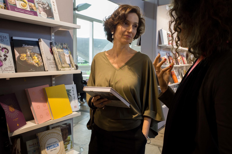 Audrey Azoulay, directrice générale de l'UNESCO, en conversation avec une auteure.