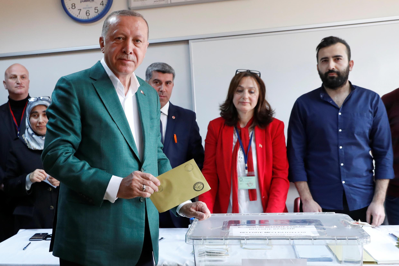 O presidente Erdogan vota nas eleições municipais de Istambul