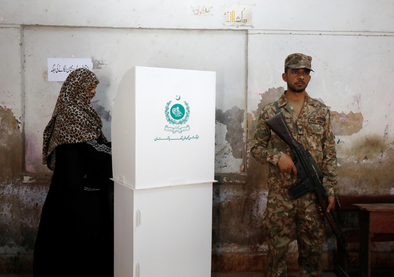 一名婦女在巴基斯坦卡拉奇大選期間投票   2018年7月25日