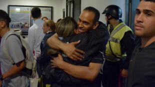 被釋放的政治犯之一薩拉查(Eduardo Salazar) 重回辦公室資料圖片