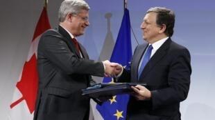 O presidente da Comissão Europeia, Jose Manuel Barroso (d), cumprimenta o primeiro-ministro canadense, Stephen Harper, durante a assinatura de um Tratado de Livre Comércio, na sede da União Europeia.