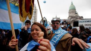 Manifestantes anti aborto, mientras esperaban el resultado del voto en el Senado, el pasado 8 de agosto de 2018 en Buenos Aires.