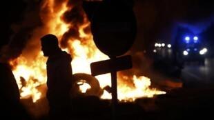 Des agriculteurs brûlent des pneus pour protester contre la baisse des prix, à Tinténiac est une commune française située dans le département d'Ille-et-Vilaine en région Bretagne, le 28 janvier 2016.