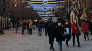 Le boulevard Mère-Theresa à Pristina avec les bannières célébrant le dixième anniversaire de l'indépendance.