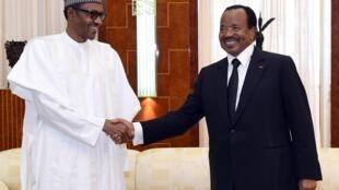 Le président nigérian Muhammadu Buhari (G) reçu par son homologue camerounais Paul Biya à Yaoundé, le 29 juillet 2015.
