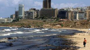 Une plage polluée de Beyrouth, lors de la marée noire en juillet 2006.