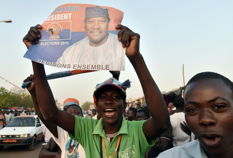 Des jeunes supporters de Hama Amadou lors d'un rassemblement, le 18 février 2016.