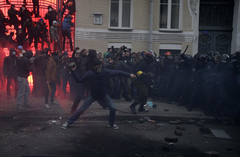 Митингующие штурмуют здание президентской администрации