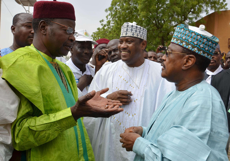 Les trois leaders de l'opposition. L'ancien président nigérien Mahamane Ousmane (G), le président de l'Assemblée nationale Hama Amadou (C) et l'ex-Premier ministre Seyni Oumarou (D)  pendant la marche à Niamey, dimanche 15 juin 2014.