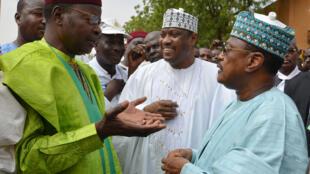 Trois leaders de l'opposition - l'ex-président Mahamane Ousmane (g), le président de l'Assemblée nationale aujourd'hui en fuiter, Hama Amadou (c), et l'ex-Premier ministre Seyni Oumarou (d) marchent ensemble à Niamey. 15 juin 2014.
