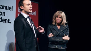 Emmanuel Macron, eleito neste domingo presidente da França, e sua esposa Brigitte.