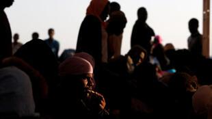 Migrantes sendo resgatados na costa líbia, em junho.