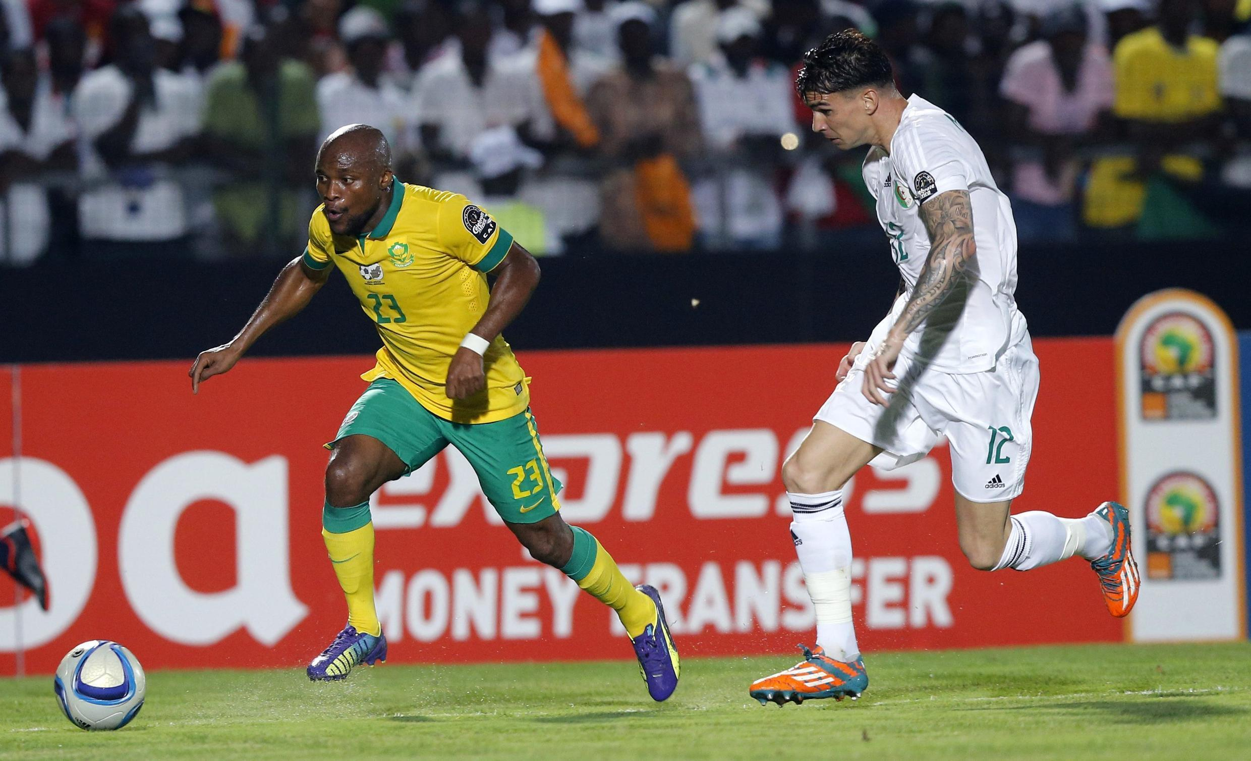 South Africa's Tokelo Rantie challenges Algeria's Carl Medjani during their match in Mongomo on 19 January, 2015