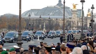 Các quân nhân và người dân Pháp tiễn biệt 13 chiến sĩ hy sinh tại Mali, lúc các linh cữu được đưa qua cầu Alexandre III đến điện Invalides, Paris, ngày 02/12/2019.