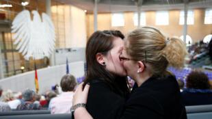 یک زوج همجنسگرا بعد از اعلام قانونی شدن ازدواج همجنسگرایان در آلمان، روز 30 ژوئن 2017.