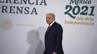 El presidente mexicano Andrés Manuel López Obrador llega a su rueda de prensa diaria en el Palacio Nacional de Ciudad de México, el 8 de febrero de 2021