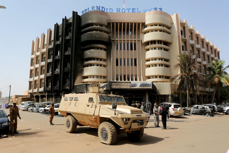 Des soldats sécurisent la zone devant le Splendid Hôtel, le 17 janvier 2016.