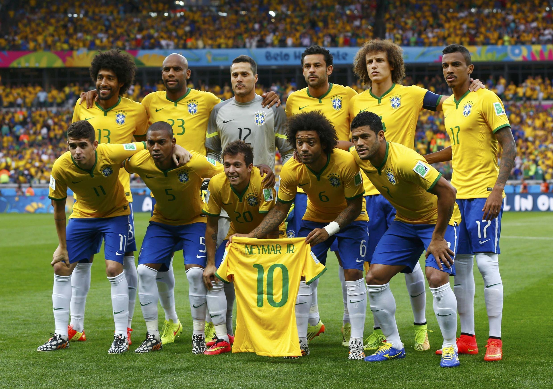 Đội tuyển Brazil chụp ảnh kỷ niệm cùng với chiếc áo của Neymar trước trận bán kết với đội Đức ngày 08/07/2014 trên sân Mineirao.