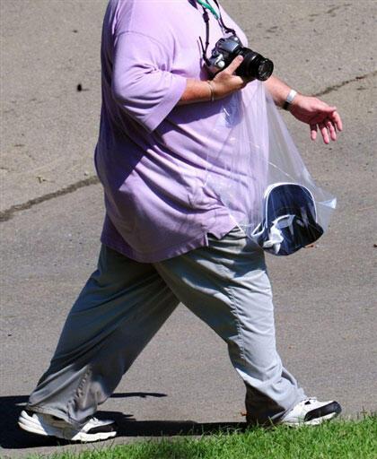 Homem obeso caminha nos Estados Unidos. A obesidade é uma das principais causas da hipertensão arterial.