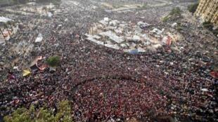 Manifestantes ocupam em massa a praça Tahir e seus arredores, no Cairo, nesta terça-feira, dia 2 de julho, para exigir a renúncia do presidente Mohammed Morsi.