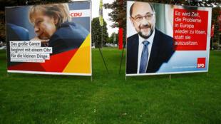 Les affiches de campagne des élections législatives montrent Angela Merkel, la chancelière allemande et chef du parti de l'Union démocrate chrétienne CDU, et Martin Schulz, chef du parti socialiste démocrate SPD, à Bonn, en Allemagne, le 7 septembre 2017.