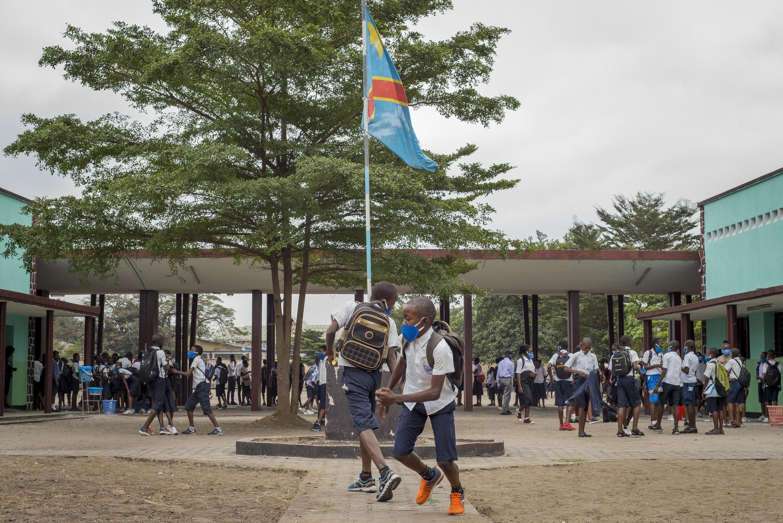Wanafunzi katika ua wa shule ya ufundi na biashara huko Kinshasa.
