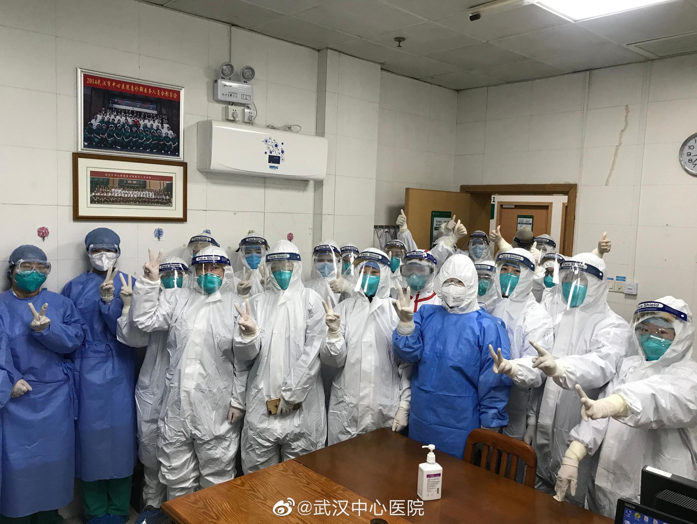 Ảnh được tải từ mạng xã hội ngày 25/01/2020 chụp nhân viên ở bệnh viện Vũ Hán (Wuhan), Trung Quốc.