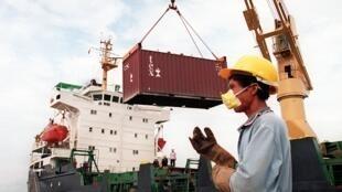(Photo d'illustration) Un travailleur cambodgien dans un port au sud de Phnom Penh, le 31 mars 1999.