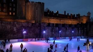 Une patinoire a été installée à la Tour de Londres à l'occasion des fêtes de fin d'année, en Grande-Bretagne, le 16 décembre 2019.