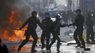 Protestos violentos em Frankfurt foram feitos antes da abertura da nova sede do Banco Central Europeu.