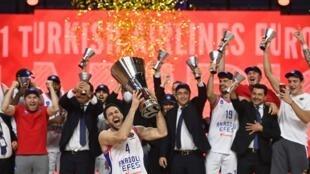Les joueurs de l'Efes Istanbul célèbrent leur victoire en finale de l'Euroligue de basket contre le FC Barcelone, 86-81, le 30 mai 2021 à Cologne