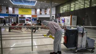 Funcionário realiza a desinfecção do terminal 2 do aeroporto Charles de Gaulle, em Paris.